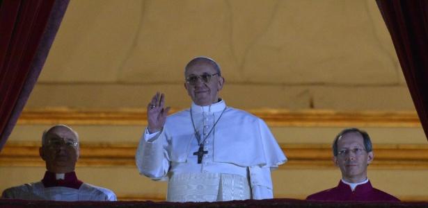 Igreja 13mar2013---o-cardeal-argentino-jorge-mario-bergolio-aparece-na-sacada-da-basilica-de-sao-pedro-no-vaticano-como-o-novo-papa-da-igreja-catolica-e-acena-para-a-multidao-aglomerada-na-praca-sao-pedro-1363203482428_615x300
