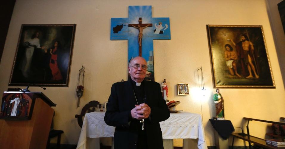 13.mar.2013 - O padre italiano Giuseppe Moretti mostra altar de igreja em Cabul, a única da religião católica do Afeganistão, a que ele chama de seu