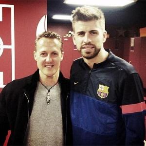 13.mar.2013 - Schumacher e Piqué no vestiário do Camp Nou após vitória do Barcelona sobre o Milan