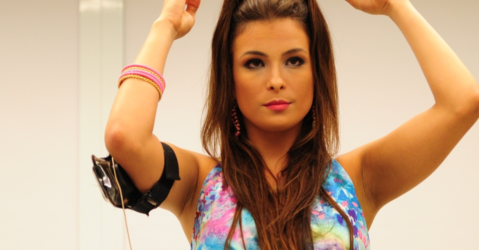 6.mar.2013 - Kamilla se apronta para a festa Astral e brinca com as suas madeixas
