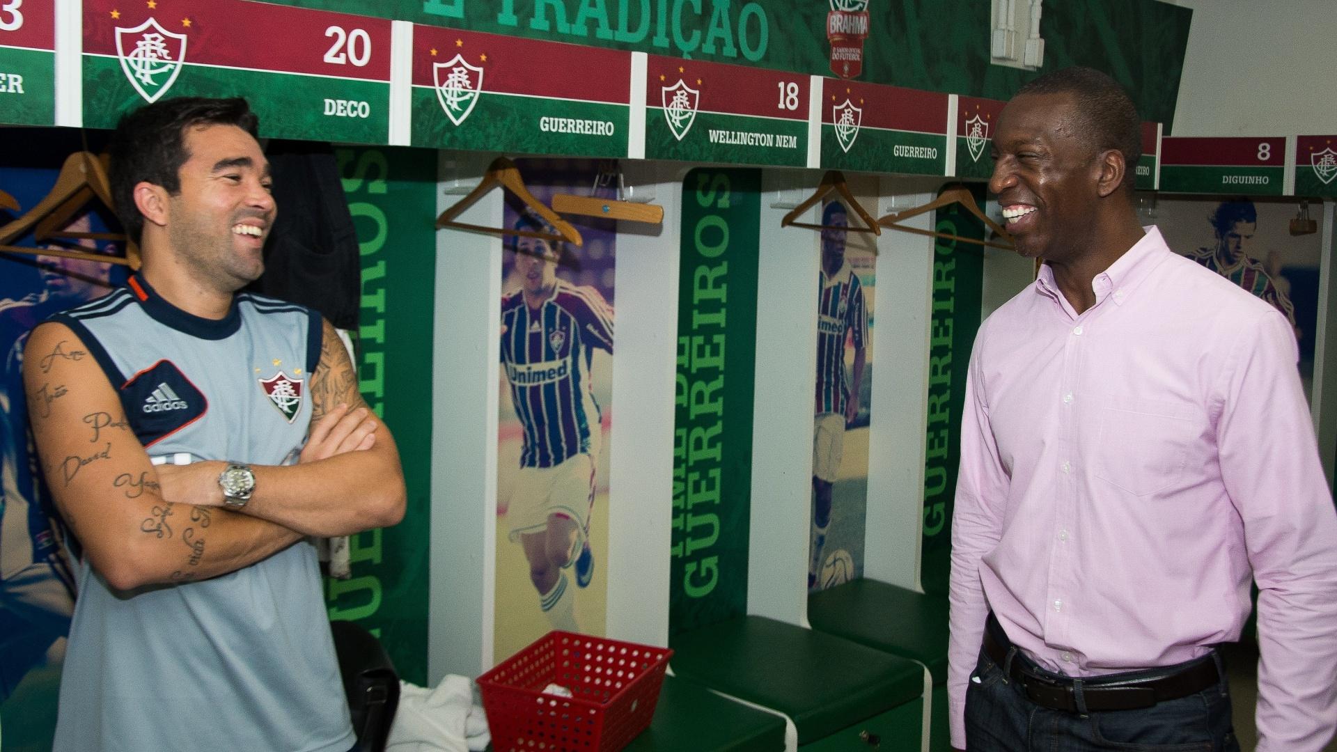 Ex-atleta Michael Johnson visita vestiário do Fluminense e conversa com Deco