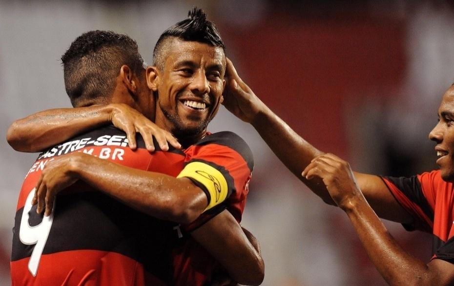 Hernane é festejado pelos companheiros de Flamengo após marcar o primeiro gol do time no jogo contra o Resende