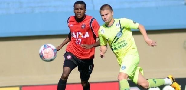 Marcelo (esq.), do Atlético-PR, disputa jogada com Sasha, do Goiás, em jogo-treino
