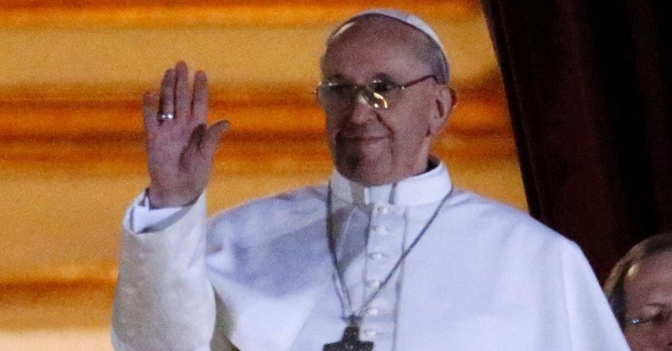 Papa Francisco 1º acena para fiéis durante primeiro discurso após ser eleito pontífice