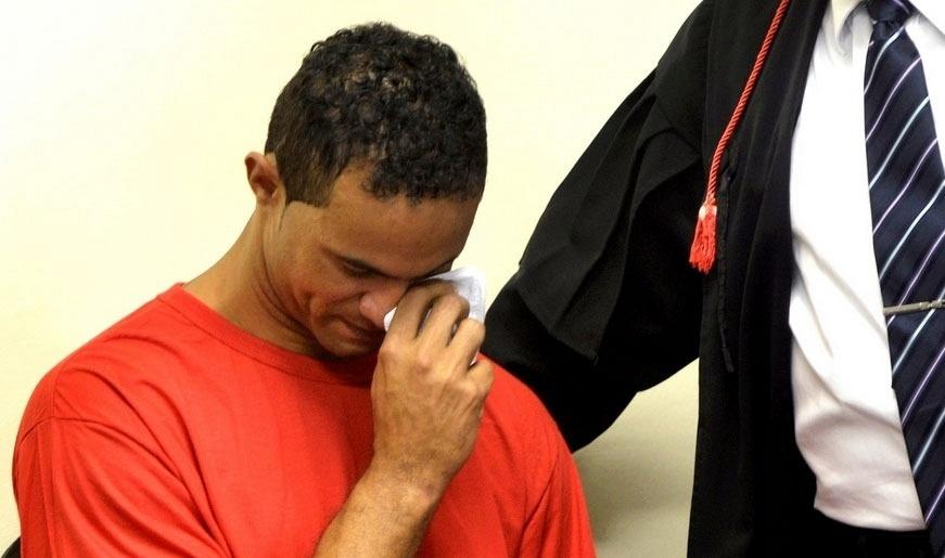 05.mar.2012 - Goleiro Bruno Fernandes chora durante seu júri no fórum de Contagem (MG), em março de 2013; ele foi condenado a 22 anos e três meses pela morte de Eliza Samudio