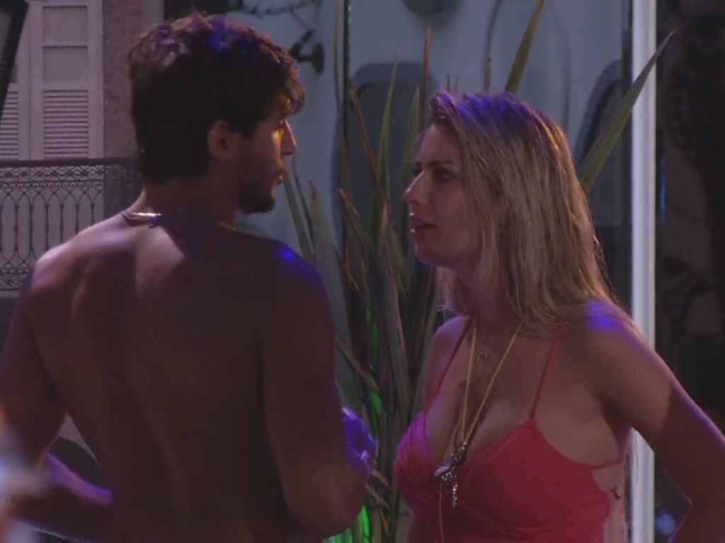 13.mar.2013 - André se chateia por Fernanda ter supostamente feito algo, mas não conta o quê
