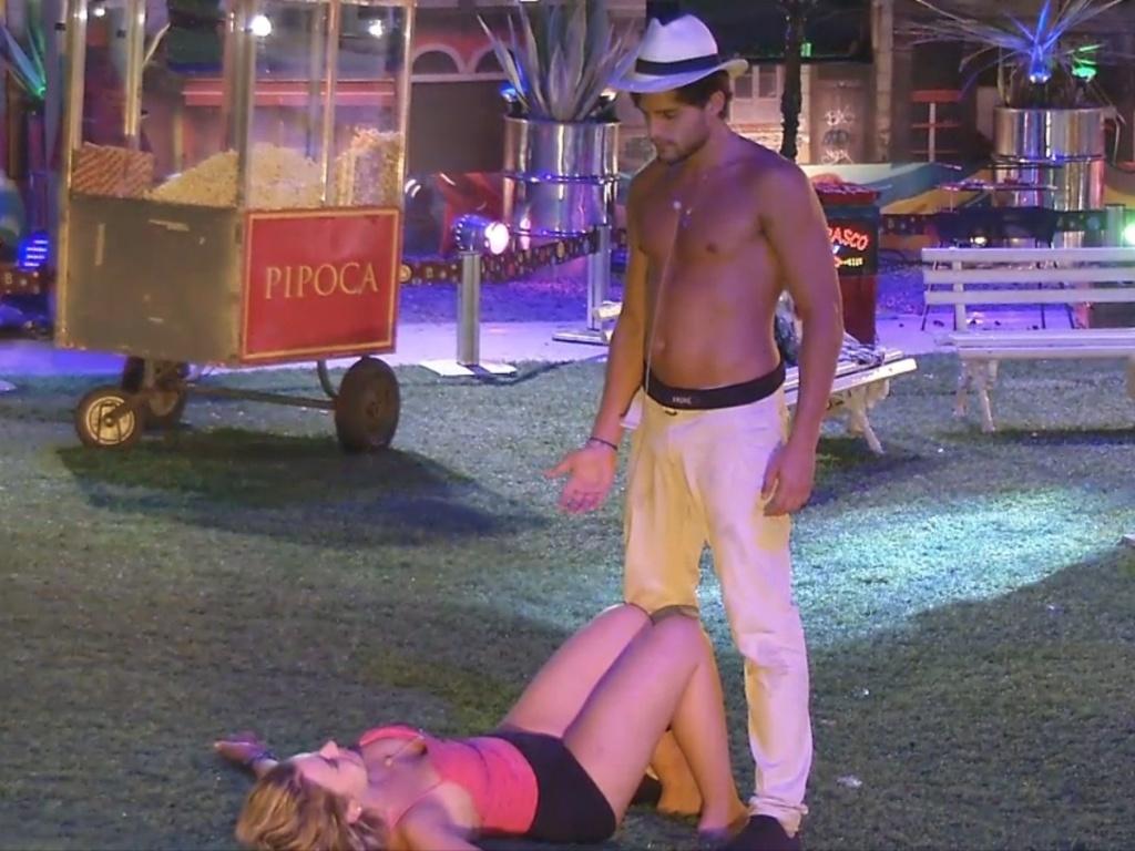 13.mar.2013 - Bêbada e jogada na grama, André tenta levar Fernanda para o quarto