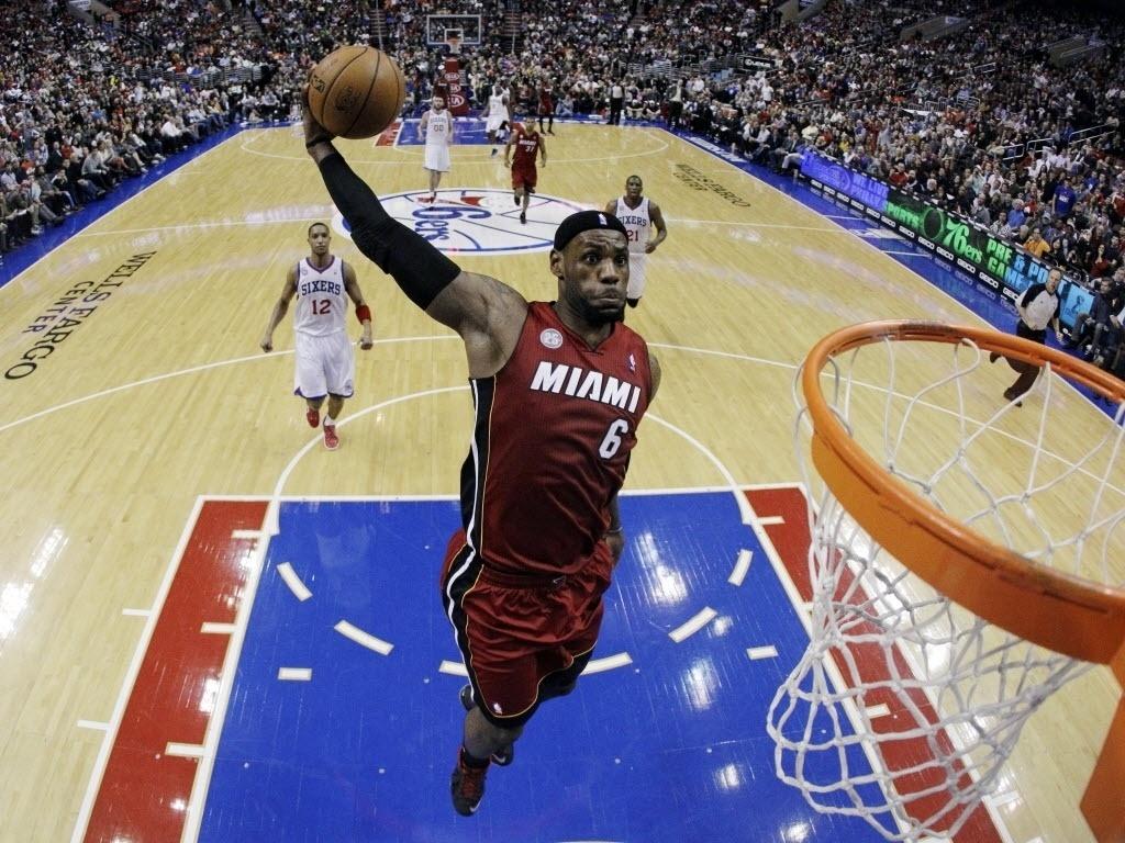 13.mar.2013 - LeBron James voa para potente enterrada durante a vigésima vitória seguida do Heat, desta vez sobre os 76ers