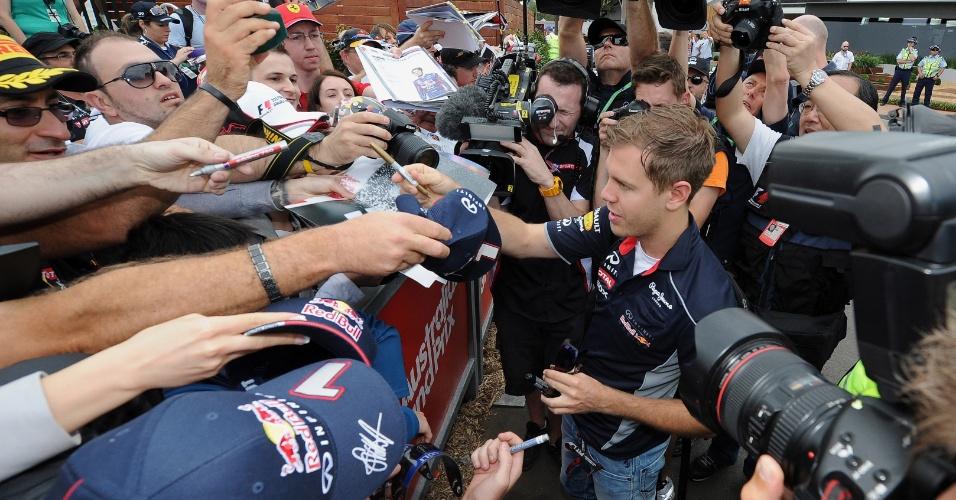 15.mar.2013 - Atual tricampeão, Sebastian Vettel foi um dos pilotos mais assediados na Austrália