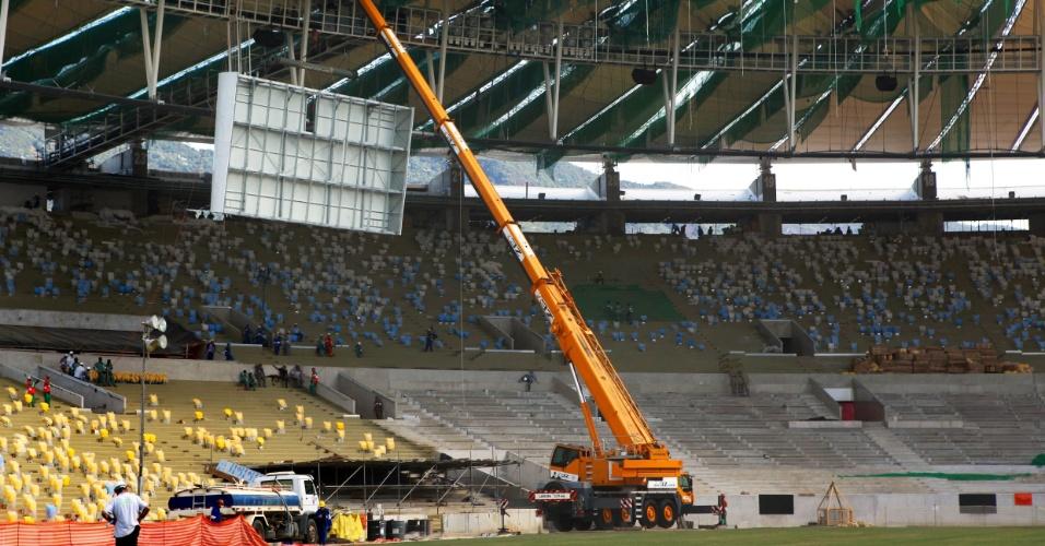 14.03.2013 - Começa a instalação dos novos telões no Maracanã