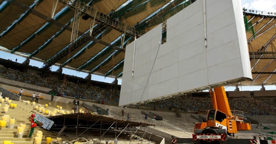 14.03.2013 - Maracanã terá quatro novos telões; instalação já começou