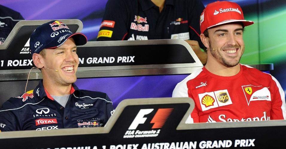 15.mar.2013 - Sebastian Vettel e Fernando Alonso distribuem sorrisos em papo com os jornalistas na Austrália, local do primeiro GP de 2013
