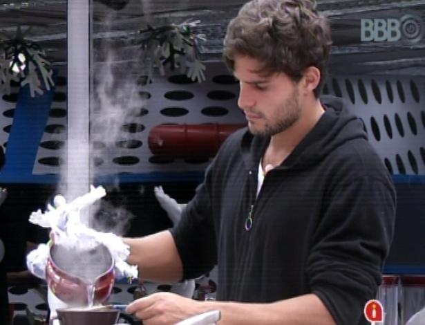 14.mar.2013 - André passa um café antes da prova do líder desta noite