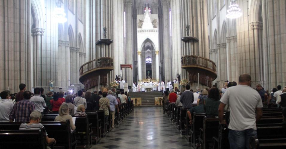 14.mar.2013 - Bispo auxiliar e Vigário Geral da Catedral da Sé, região central da capital paulista, celebra missa em ação de graças ao papa Francisco na manhã desta quinta-feira (14)