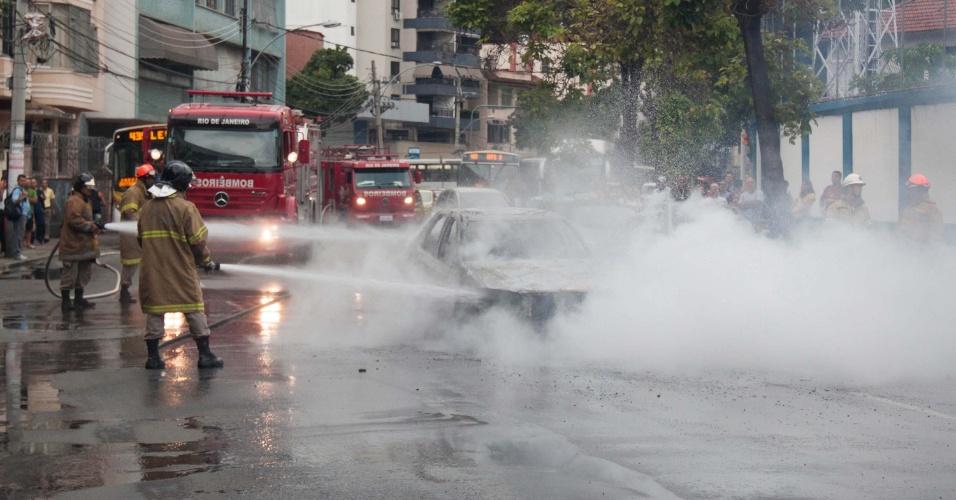 14.mar.2013 - Bombeiros controlam fogo em táxi, na manhã desta quinta-feira (14), na rua Gonçalves Crespo, na Tijuca, no Rio de Janeiro