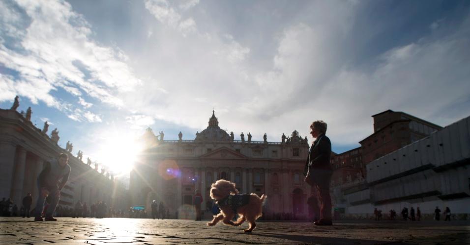 """14.mar.2013 - Cachorro de turistas alemães corre na praça São Pedro, no Vaticano, nesta quinta-feira (14), um dia após o fim do conclave. O novo papa alertou para o risco de a Igreja se converter em uma """"ONG piedosa"""", caso não siga os preceitos de Cristo"""
