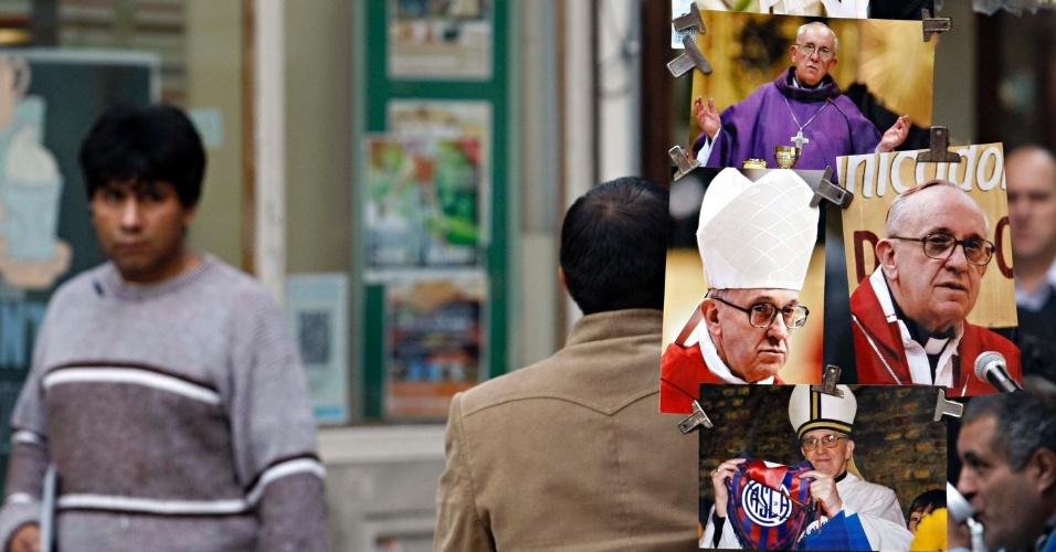 14.mar.2013 - Camelôs vendem artigos com fotos do papa Francisco, nesta quinta-feira (14), em Buenos Aires. O cardeal argentino Jorge Mario Bergoglio foi escolhido na quarta-feira (13) como o novo papa pelo colégio de cardeais. Ele é o primeiro papa latino-americano