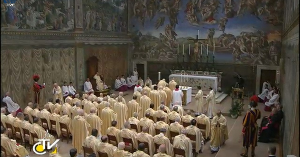 14.mar.2013 - Cardeais assistem à primeira missa do papa Francisco na Capela Sistina, no Vaticano