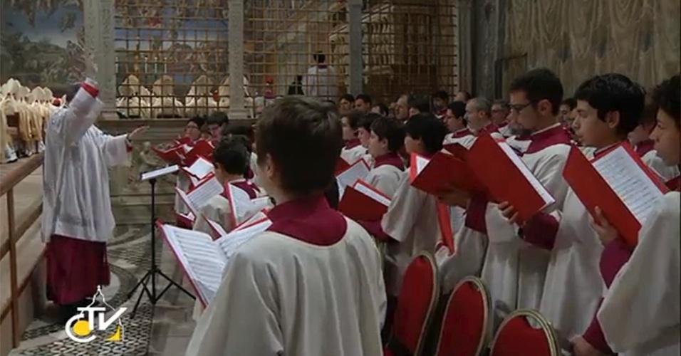 14.mar.2013 - Coral se apresenta na primeira missa do papa Francisco na Capela Sistina, no Vaticano, nesta quinta-feira (14)