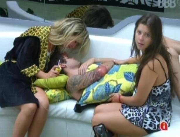 14.mar.2013 - Fernanda e Andressa tentam acordar Nasser, que dorme no sofá