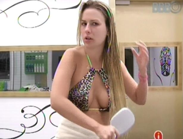 14.mar.2013 - Fernanda penteia os cabelos após banho no quarto do líder