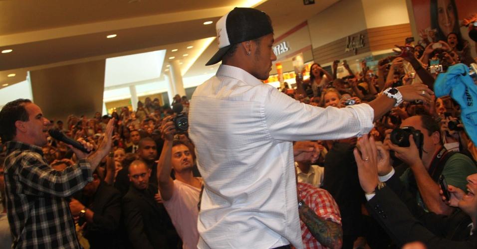 14.mar.2013 - Neymar causa tumulto em shopping de Campinas