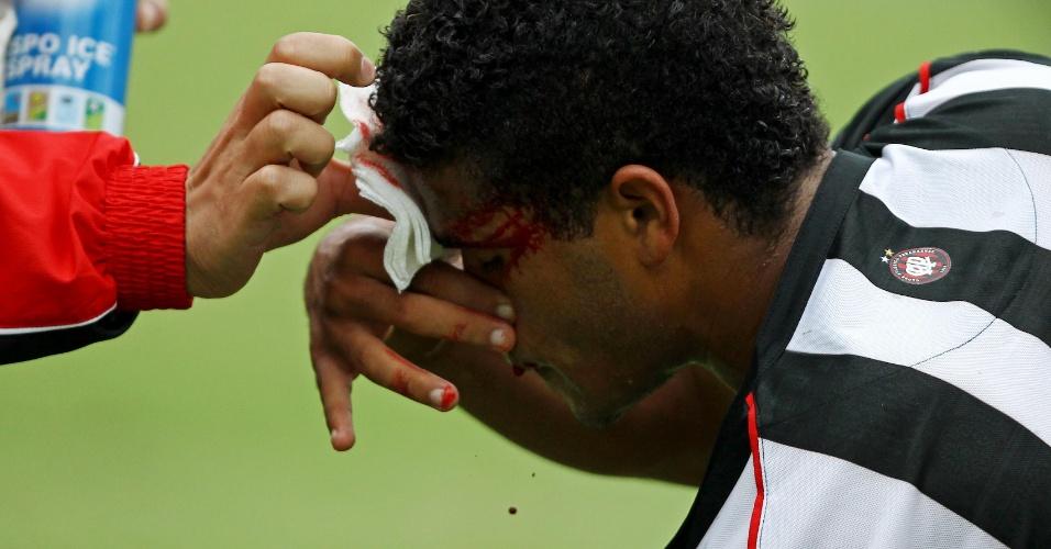 14.mar.2013 - Léo, do Atlético-PR, é atendido após se chocar com jogador do Nacional em rodada do Campeonato Paranaense