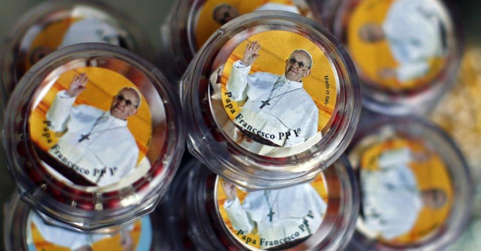14.mar.2013 - Loja do Vaticano Caixinhas vende caixas que guardam terços estampadas com o rosto do recém eleito papa Francisco, nesta quinta-feira (14)