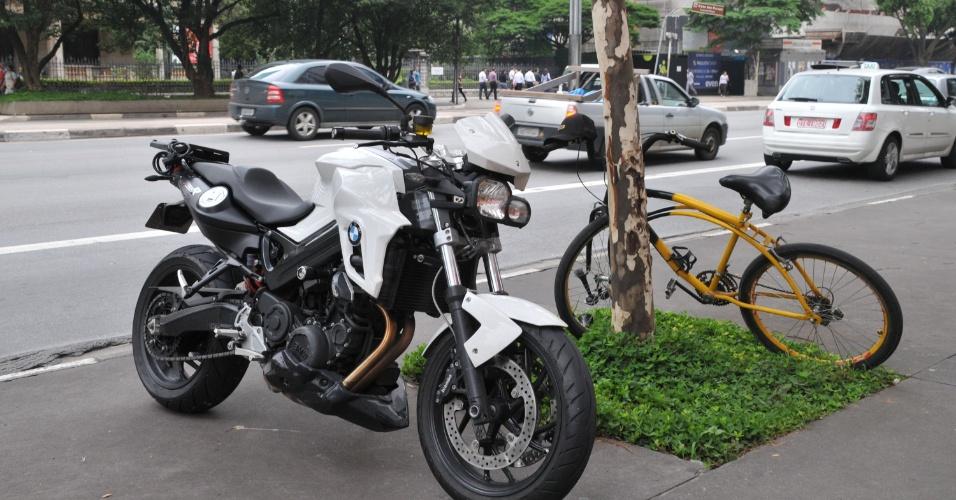 14.mar.2013 - Moto e bicicleta que se envolveram em um acidente de trânsito na avenida Paulista, região central de São Paulo, nesta quinta-feira (14)