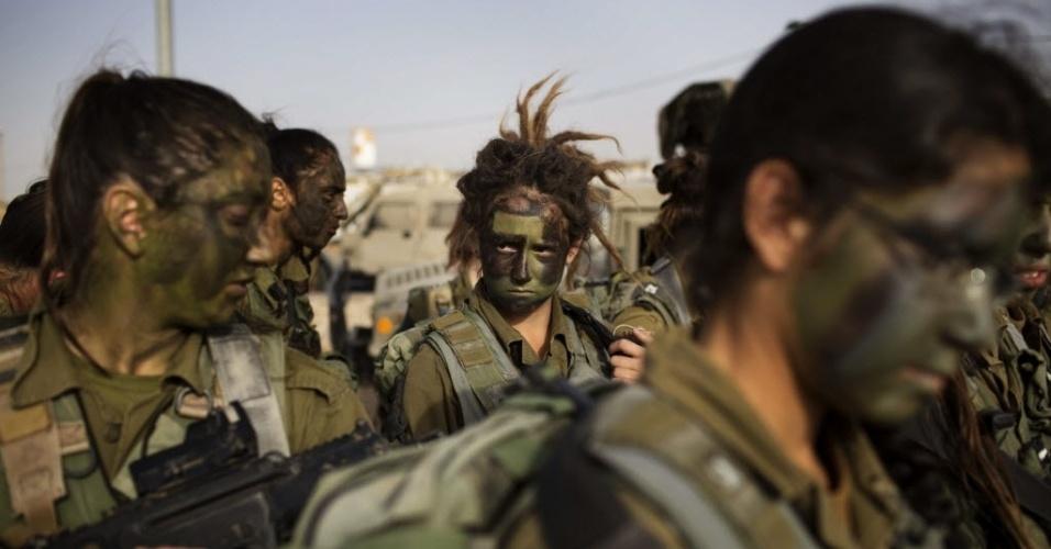 14.mar.2013 - Mulheres do 33º Batalhão de Caracal, em Israel, participam de marcha de formatura no deserto de Negev. O Caracal é um batalhão de infantaria misto, formado por homens e mulheres, que atua nas fronteiras ao sul de Israel