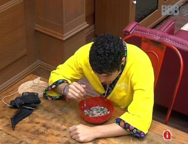 14.mar.2013 - Na xepa, Nasser come arroz e feijão na noite desta quinta-feira