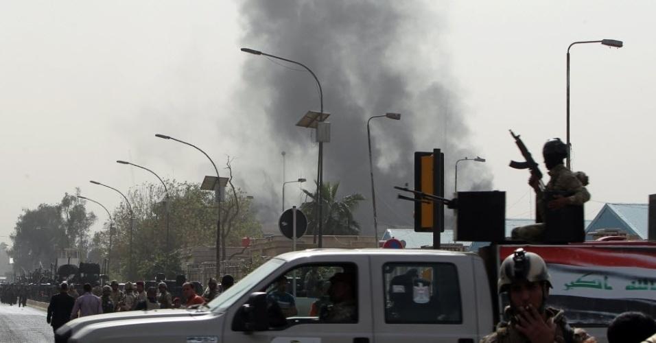 14.mar.2013 - Nuvem de fumaça encobre os céus na Zona Verde, área fortificada de Bagdá, capital do Iraque, onde estão várias embaixadas ocidentais