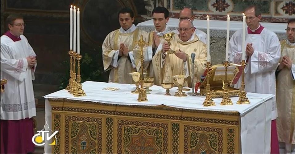 14.mar.2013 - O papa Francisco faz sua primeira missa na Capela Sistina, no Vaticano, nesta quinta-feira (14)