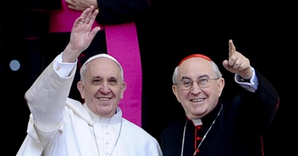 14.mar.2013 - Papa Francisco (à esquerda) e o cardeal Agostino Vallini saúdam público em frente à basílica de Santa Maria Maggiore, em Roma, nesta quinta-feira (14)