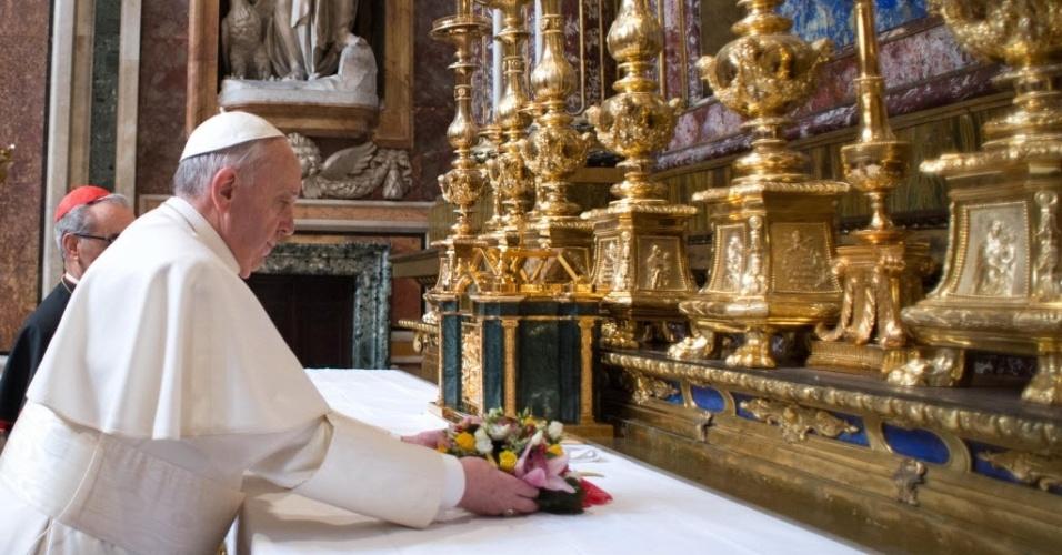 14.mar.2013 - Papa Francisco reza no altar da basílica de Santa Maria Maggiore, em Roma, nesta quinta-feira (14). O argentino iniciou o seu pontificado com uma visita privada à basílica dedicada à Virgem Maria, mãe de Jesus Cristo