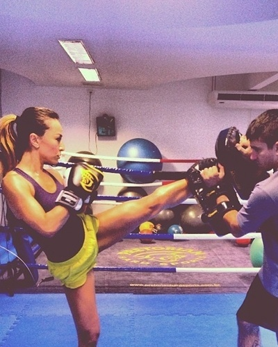 14.mar.2013 - Sabrina Sato investe no Muay Thai para nocautear as calorias. Com uma aula da luta, a apresentadora do Pânico na Band pode eliminar de 400 a 700 calorias