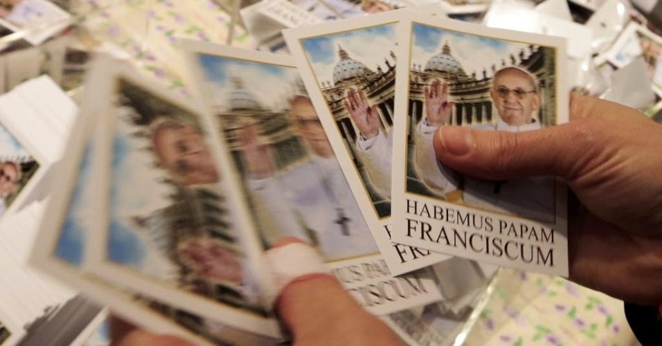 14.mar.2013 - Santinhos do papa Francisco já estão à venda na loja oficial do Vaticano, nesta quinta-feira (14) - o primeiro lote foi impresso após 12 horas do anúncio