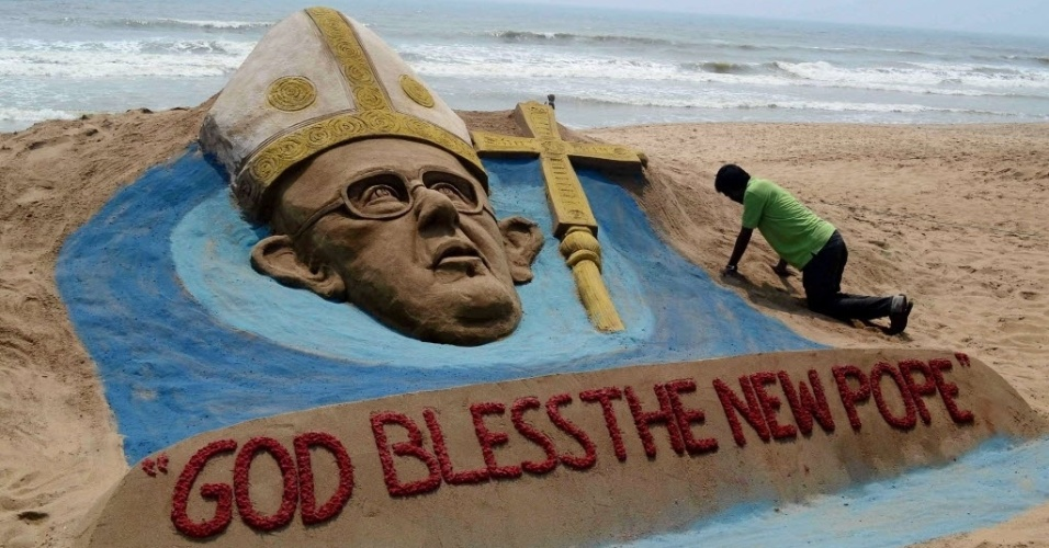 14.mar.2013 - Sudersan Pattnaik trabalha em uma escultura de areia em homenagem ao papa Francisco em Puri, na Índia. O país tem a segunda maior comunidade de católicos da Ásia, com 17 milhões de praticantes, depois das Filipinas
