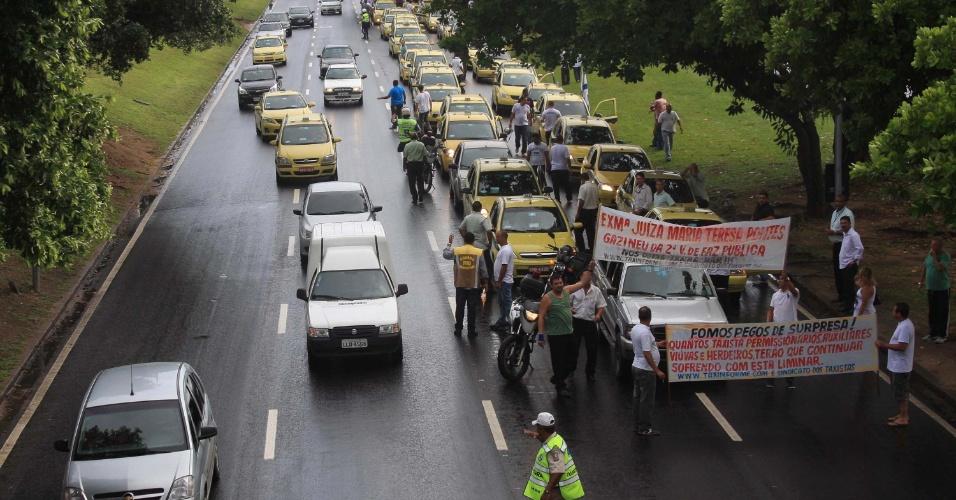 14.mar.2013 - Taxistas protestam em frente ao Clube Boqueirão, no Rio de Janeiro, contra decisão judicial que paralisou transferências de autorizações de táxis, inclusão de auxiliares e liberação de permissões cassadas e revogadas