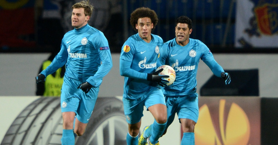 14.março.2013 - Axel Witsel (centro), Nicolas Lombaerts (esquersa) e Hulk (dir) celebram gol do Zenit