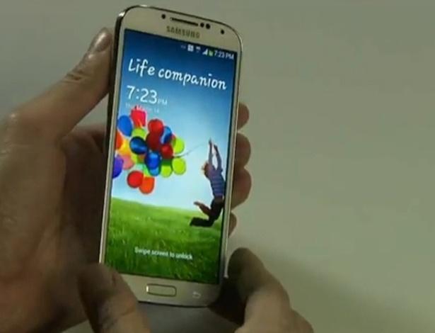 """A Samsung apresentou a nova versão do seu smartphone, o Galaxy S4, durante um evento nesta quinta-feira (14) na cidade de Nova York, Estados Unidos. O celular inteligente será """"mais fino, mais leve e maior"""", com tela de 5 polegadas AMOLED (441 pontos por pixel de resolução), mas pesando """"só"""" 130 gramas. Ele estará disponível em abril, em 327 operadoras e 155 países, com conectividade 4G em todas as diferentes frequências das redes usadas, garantiu a Samsung."""