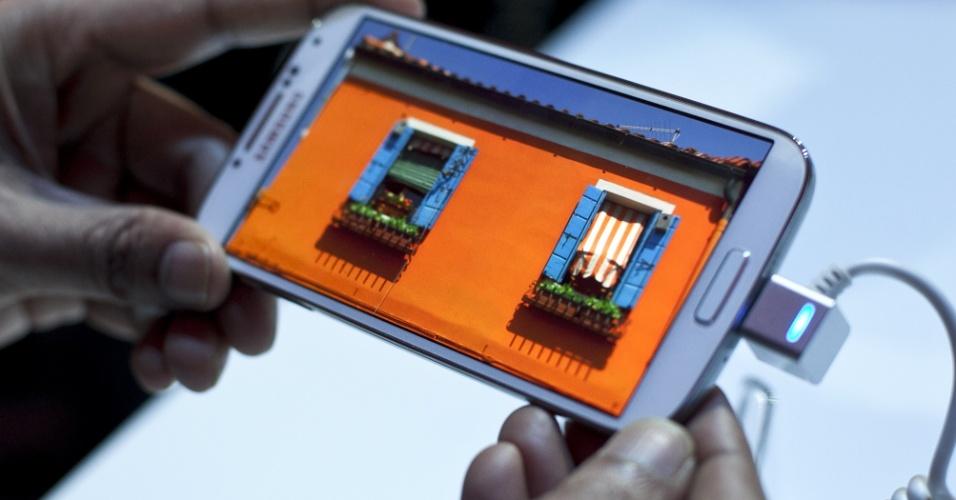 A Samsung apresentou a nova versão do seu smartphone, o Galaxy S4 (nome grafado oficialmente pela empresa como SIV), durante um evento nesta quinta-feira (14) na cidade de Nova York, Estados UnidosA Samsung apresentou a nova versão do seu smartphone, o Galaxy S4 (nome grafado oficialmente pela empresa como SIV), durante um evento nesta quinta-feira (14) na cidade de Nova York, Estados Unidos