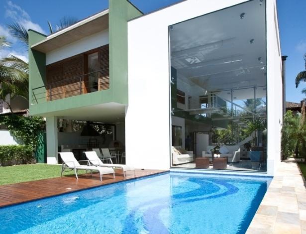 Para concretar o buraco escavado da piscina, o projeto de engenharia da casa Acapulco contou com sistema de perfurações para sucção de até 6 m de profundidade, em um solo encharcado que dificultava a execução da obra. As dimensões estruturais de toda a casa - concreto armado - levam em consideração o empuxo gerado pela força do lençol freático local. A casa Acapulco fica no Guarujá, litoral paulista, e foi projetada por Flavio Castro