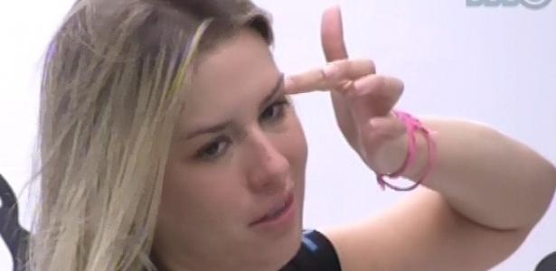 Fernanda comenta com André sobre força de Nasser nas provas