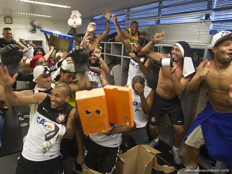 Jogadores do Corinthians entram na onda do 'Harlem Shake' e fazem coreografia no vestiário após treino