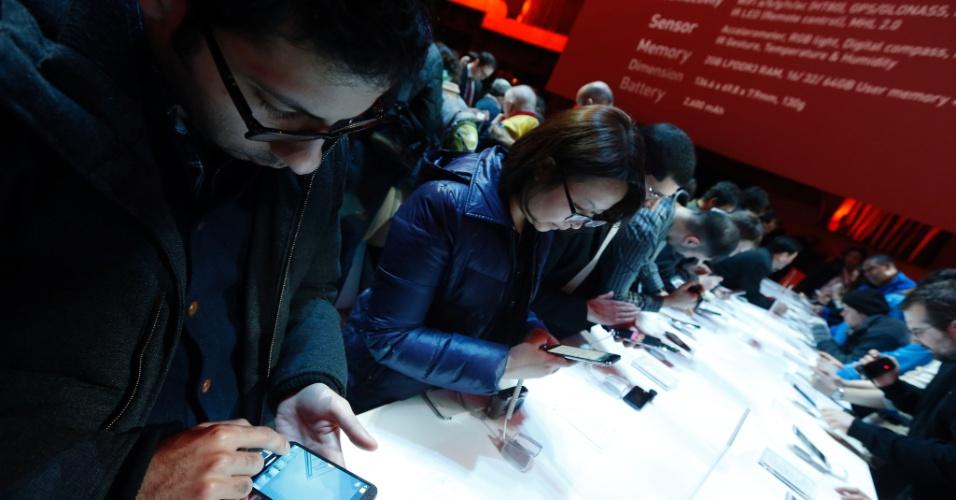 Jornalistas testam o novo Galaxy S4 após apresentação do celular feita pela Samsung em Nova York, Estados Unidos