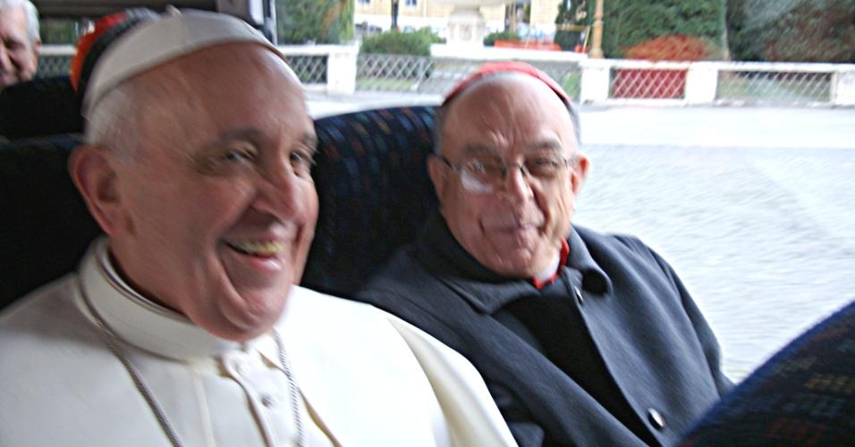 Papa Francisco (de branco) sorri ao lado do cardeal brasileiro dom Raymundo Damascesno, no ônibus em direção a sua primeira missa como papa