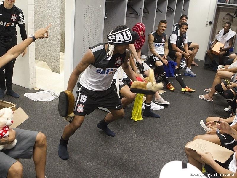 Paulinho, volante do Corinthians, era um dos mais animados no vestiário na coreografia do Harlem Shake