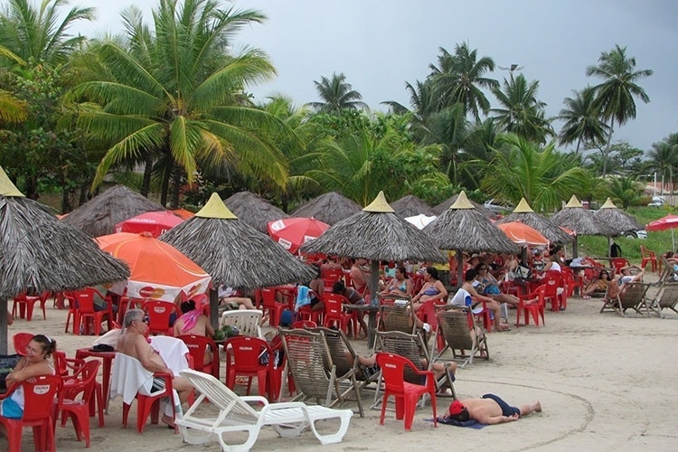 Turistas na praia de Paripueira, em Alagoas