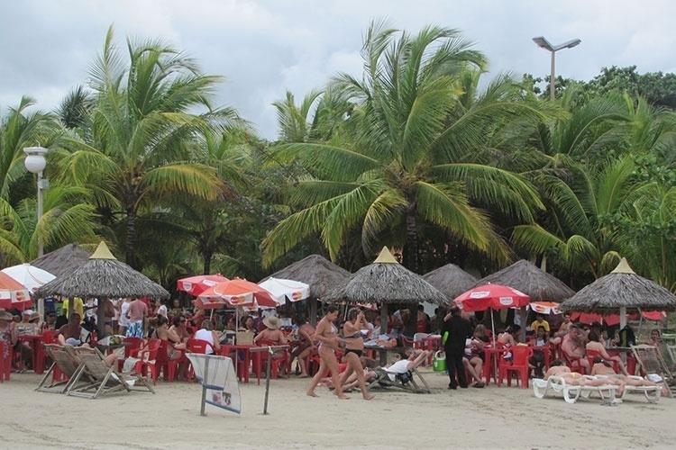 Turistas na praia de Paripueira, localizada na Costa dos Corais, do Estado de Alagoas